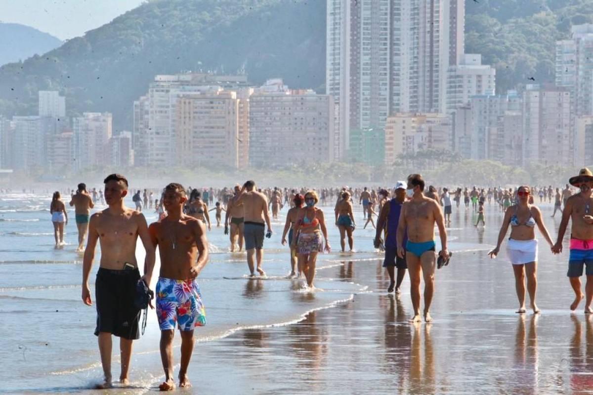 Com praias lotadas, casos de Covid-19 voltam a subir na Baixada Santista