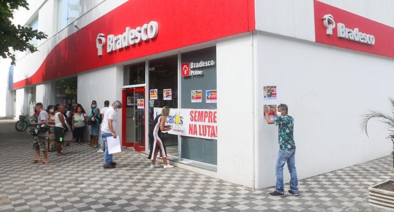 Bradesco demissões: bancários protestam na gerência regional do Guarujá