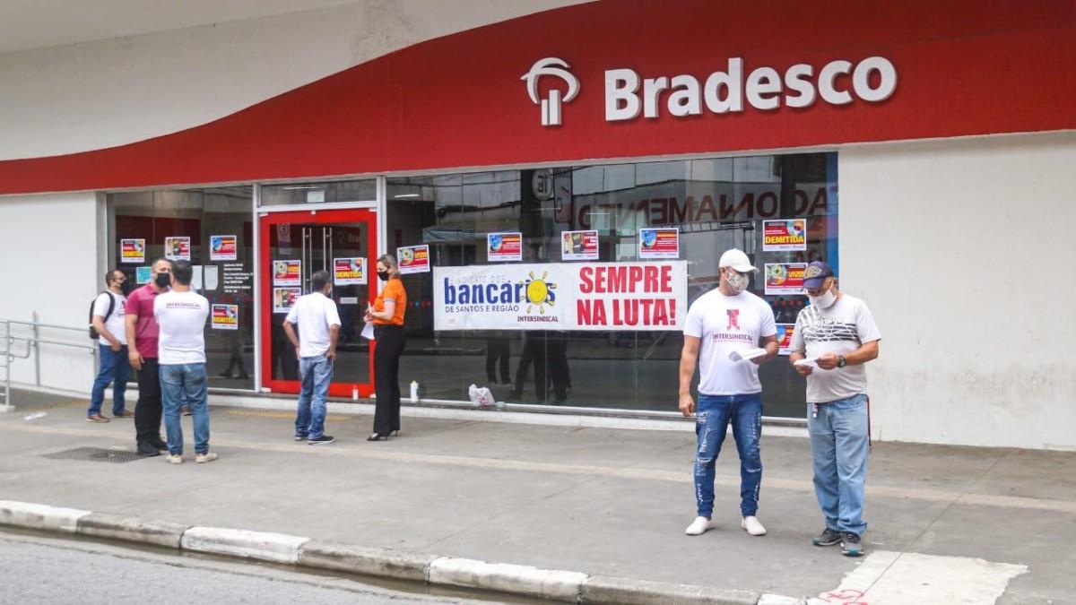 Sindicato faz protesto contra demissões no Bradesco, em Santos/SP