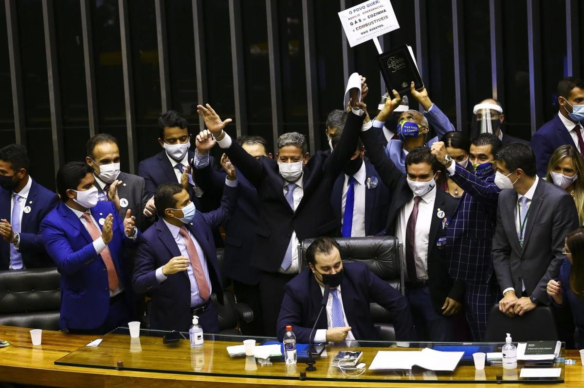 Arthur Lira faz festa da vitória para 300 pessoas em meio à pandemia