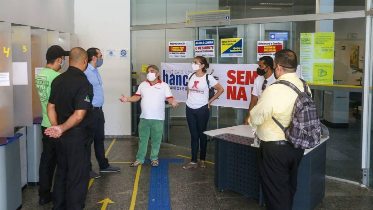 Funcionários do BB retardam funcionamento das agências contra desmonte