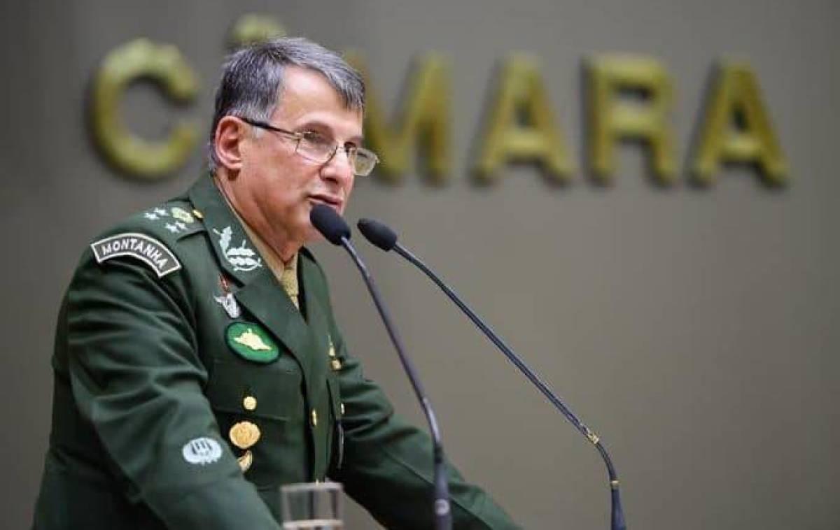 Comandantes das Forças Armadas se reúnem para decidir se ficam