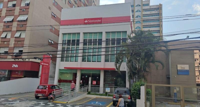 """Denúncias no """"lockdown"""": agências do Santander que convocam ao trabalho"""