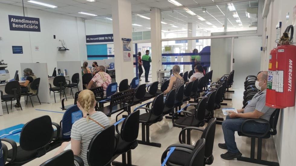 """[Santander e Mercantil não cumprem decreto de """"lockdown"""" na Baixada]"""