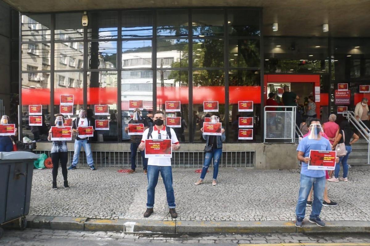 Sindicatos pressionam e Santander anuncia novas medidas na pandemia