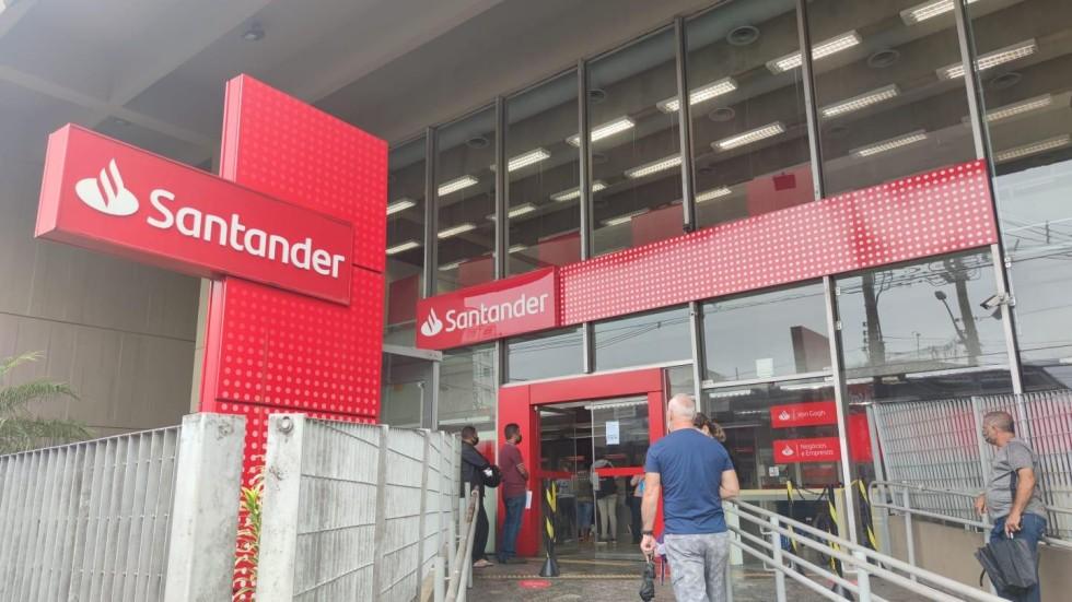 [Vereador de São Vicente tenta causar aglomeração em agência do Santander]