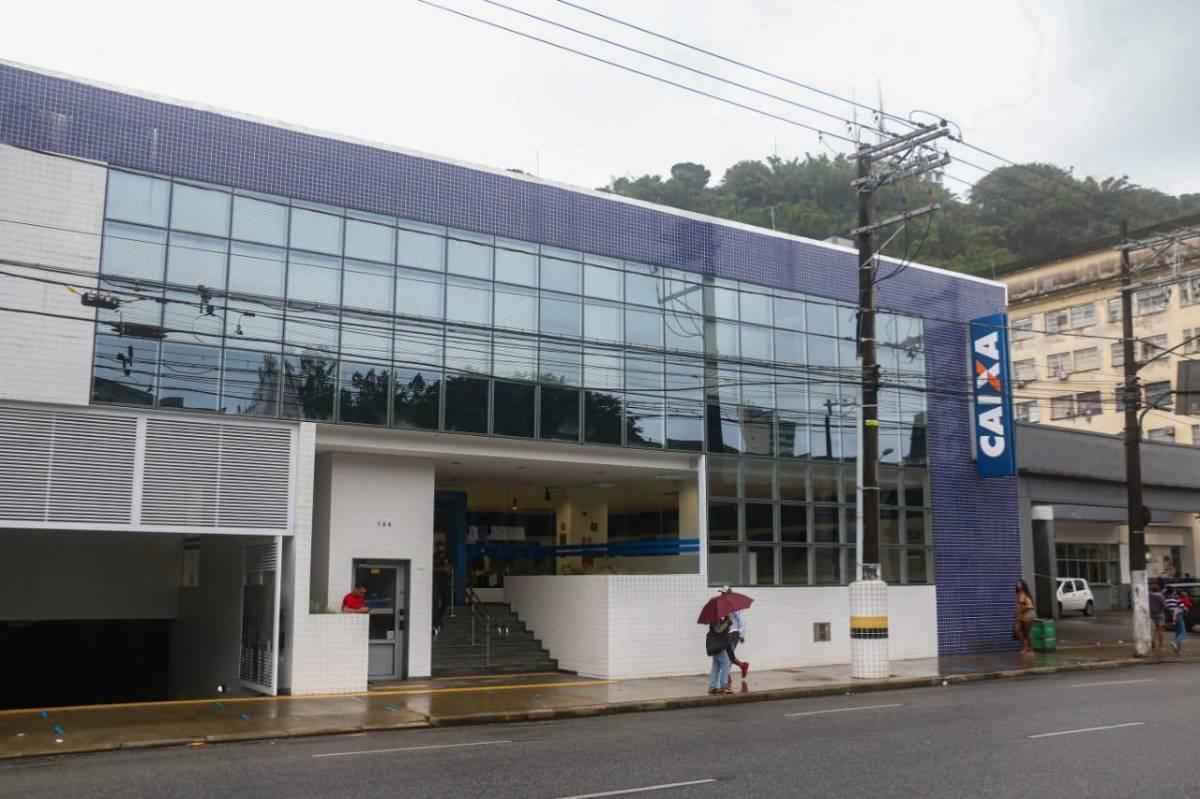 Trabalhadores protestam em frente à agência Santos da Caixa nesta sexta, 18
