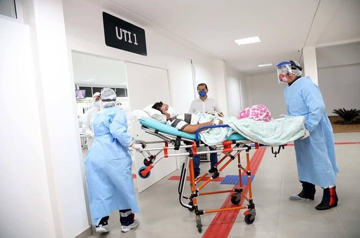 Brasil ultrapassa 550 mil mortes saindo da queda de contágios e óbitos