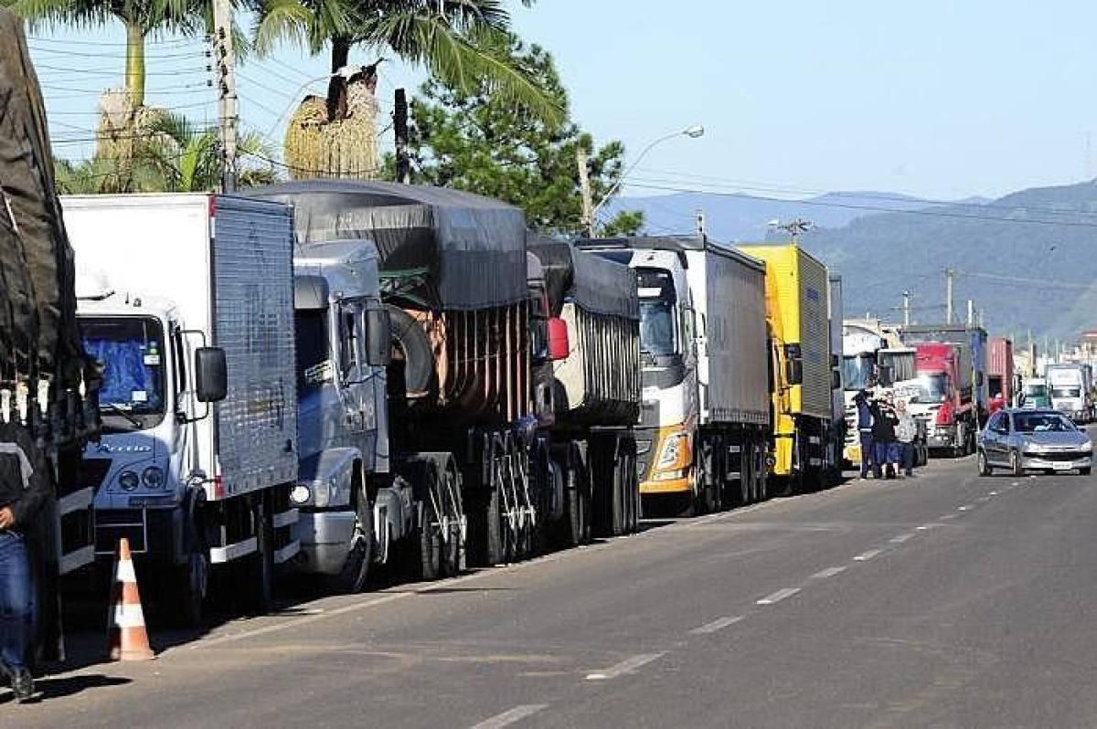 Nova alta do diesel impulsiona greve dos caminhoneiros