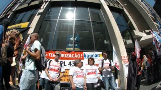 Bancários protestam contra terceirização no Banco do Brasil