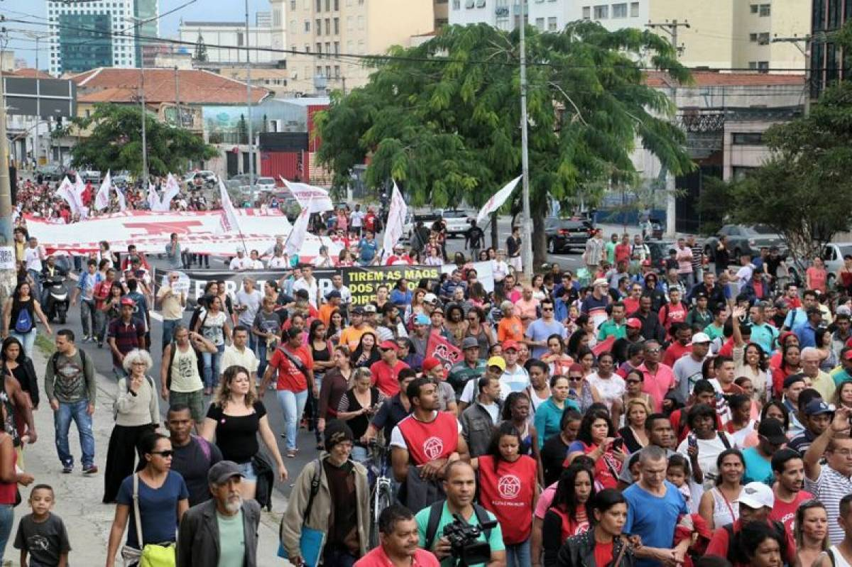 Contra o presidente golpista, milhares caminham até a residência de Temer