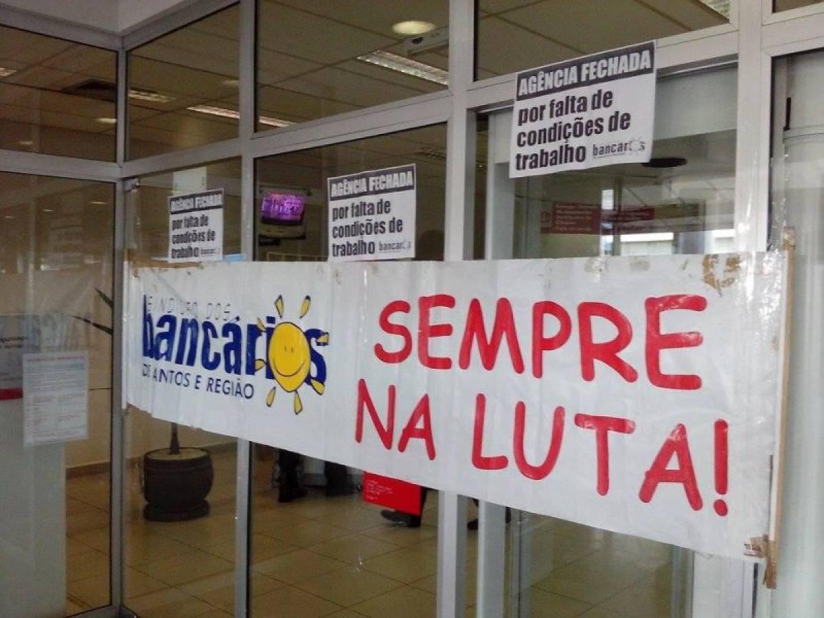 Bancários paralisam Santander em Santos por falta de condições de trabalho