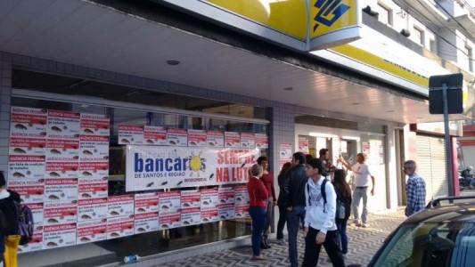 Bancários paralisam BB da Vila Mathias infestado por ratos e baratas