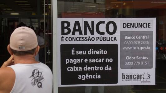 Bancários protestam em Praia Grande e Guarujá contra a exploração no Bradesco