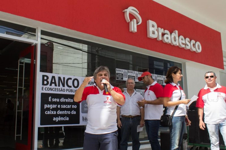 Bancários fazem protesto contra perversidade do Bradesco
