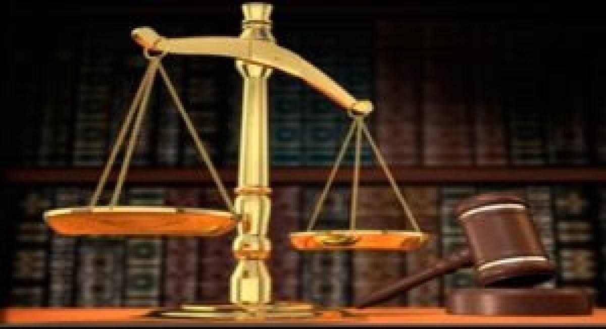 Justiça indeniza vendedora obrigada a imitar galinha por não cumprir meta