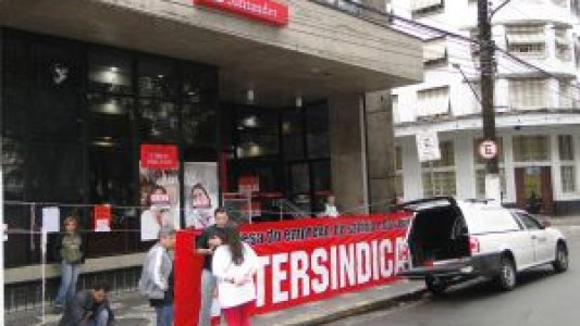 Trabalhadores bancários e dos correios fazem passeata juntos, nesta terça em Santos