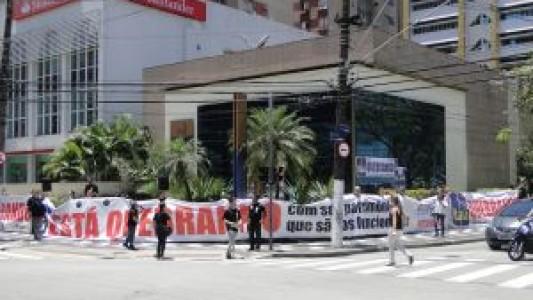 Manifestação contra as demissões em massa do Itaú