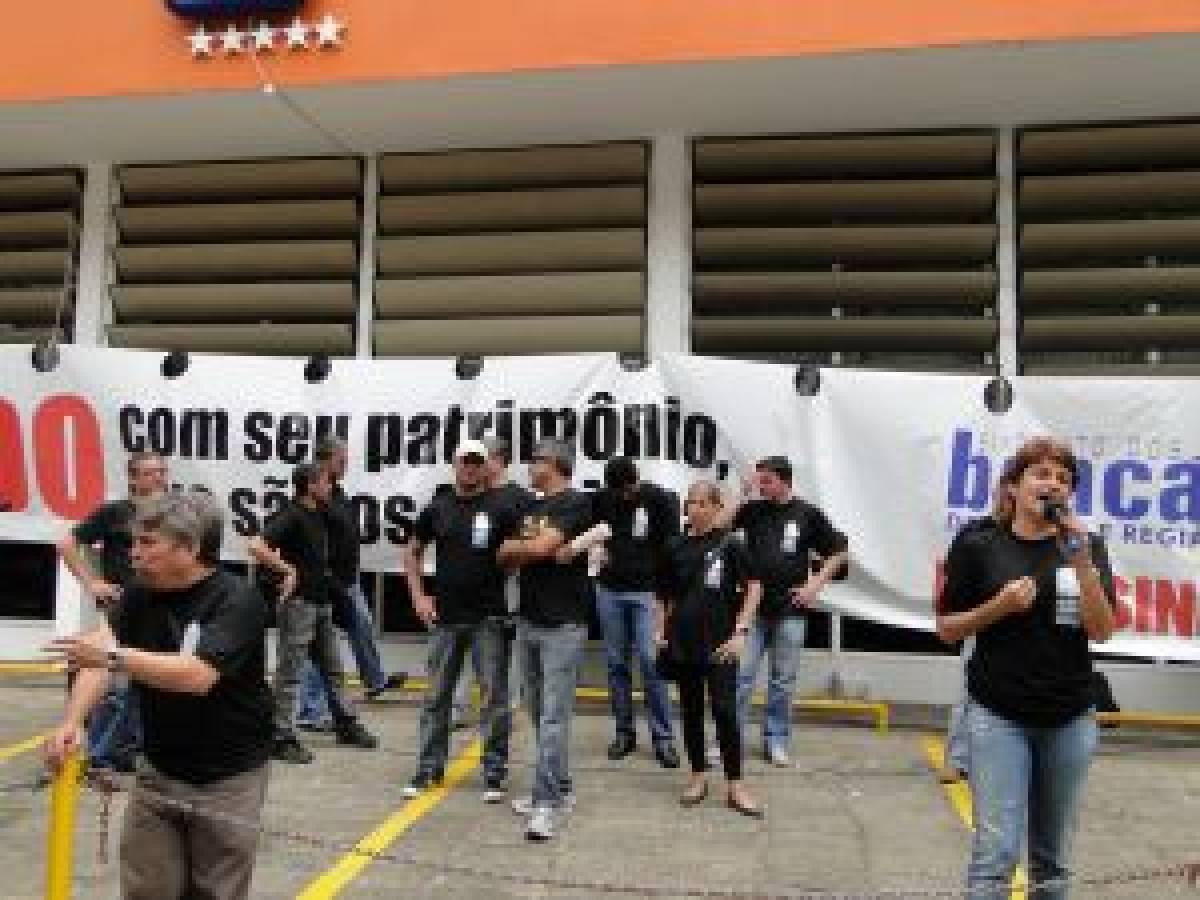 Manifestação gigante no Itaú distribui 15 mil jornais em São Vicente/SP