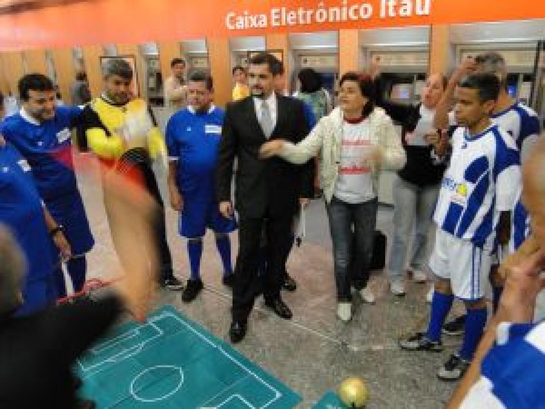 Bancários protestam contra demissão e humilhação no Itaú vestidos com  uniforme de futebol 9a2d56a9a00ba