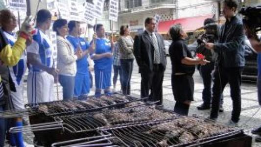 Bancários protestam contra demissão e humilhação no Itaú vestidos com uniforme de futebol