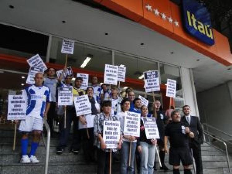 Bancários protestam contra demissão e humilhação no Itaú vestidos ... 3f0ffda39920d