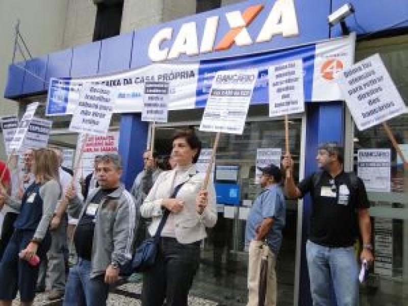 Bancários fazem manifestação no Centro de Santos