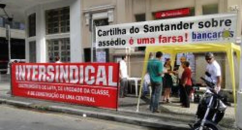 Bancários de Santos paralisam Santander contra perseguições a dirigentes sindicais e assédio