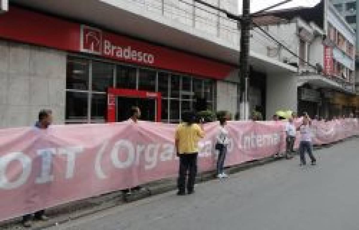 Protesto inédito no Bradesco com faixa de 40 metros