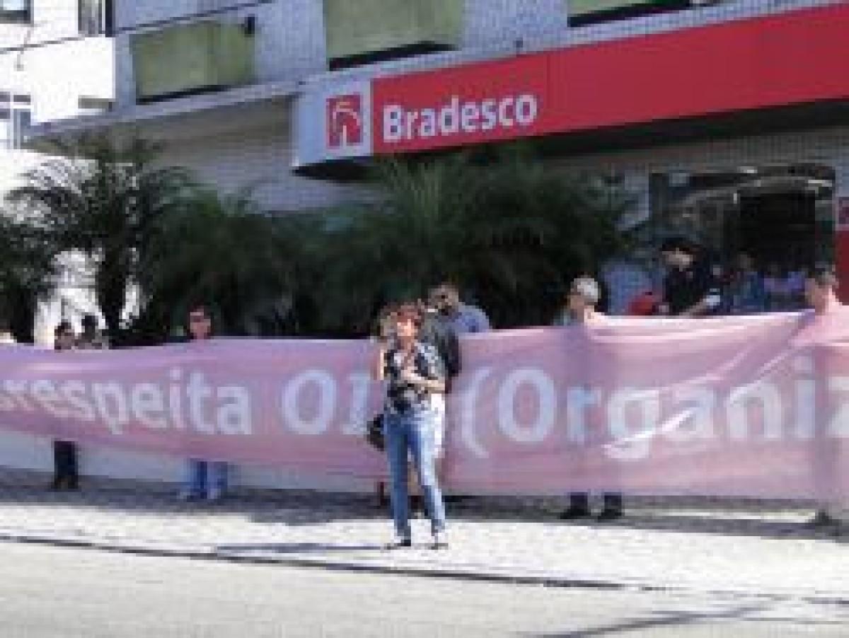 Bancários protestam no Bradesco São Vicente com faixa gigante