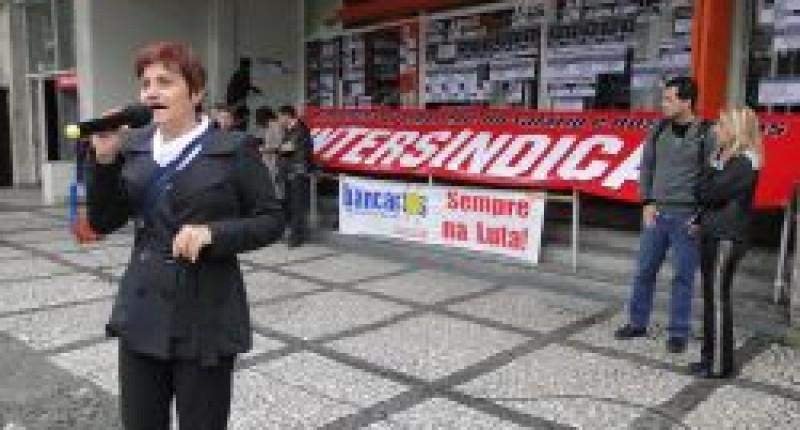 Bancários de Santos paralisam Itaú contra demissão em massa