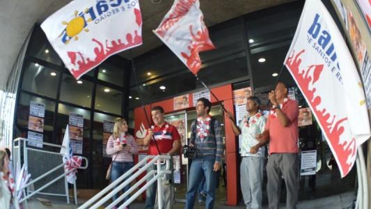 Após pressão, Santander negocia e melhora proposta de aditivo e PPRS