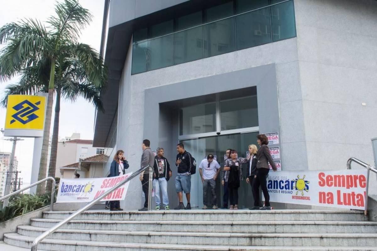 Bancários paralisam Banco do Brasil contra assédio