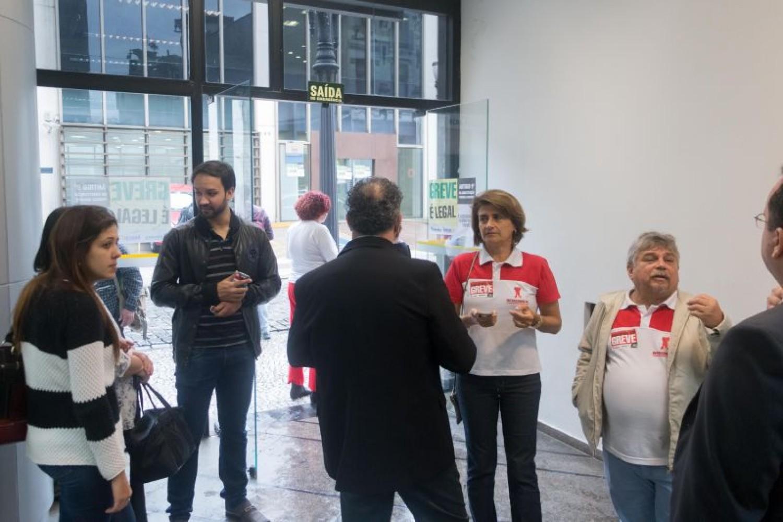 Bancos enrolam e greve continua nesta quarta, 9º dia