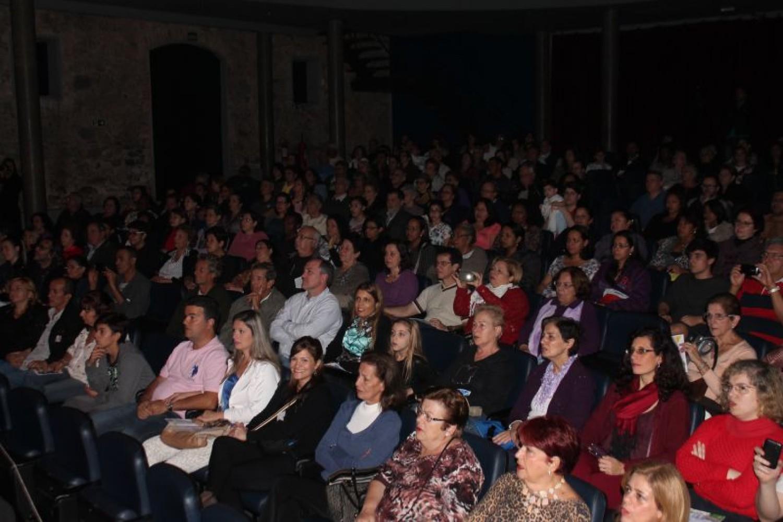 Espetáculo Vozes na Tropicália: Um canto de liberdade lota Teatro Guarani