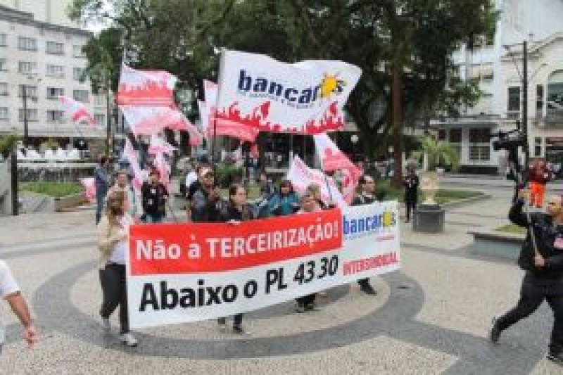 Bancários paralisam agências do Santander em Santos contra terceirização ilegal