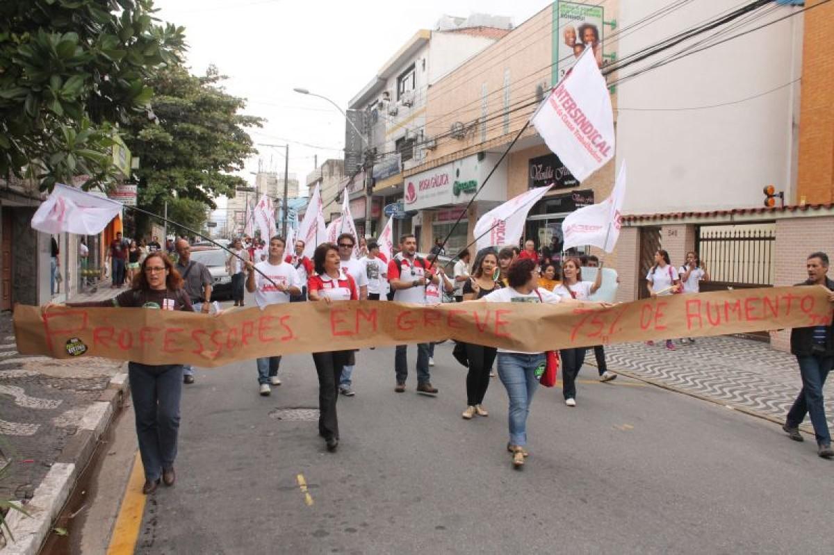 Bancários e Intersindical participam de ato da greve dos professores em SV