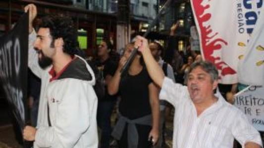 Manifestantes prostestam nas ruas do Centro de Santos contra aumento das tarifas