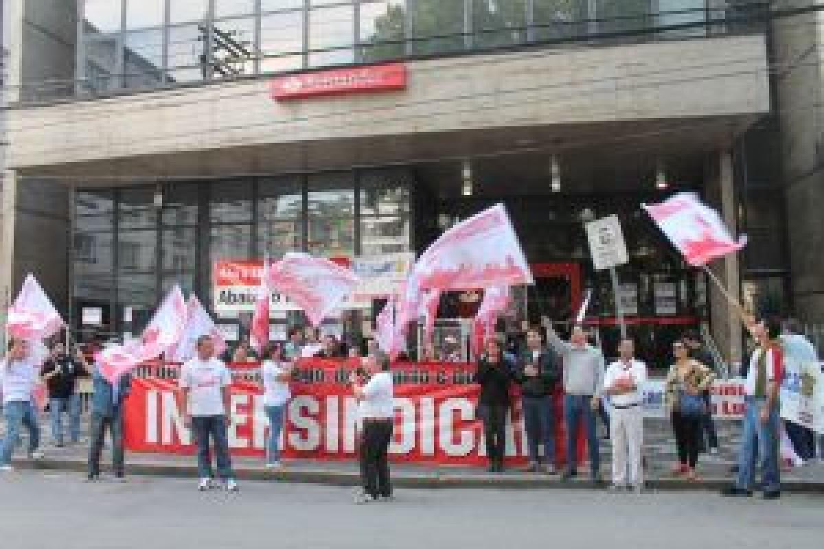 Bancários paralisam agências em Santos contra PL 4330