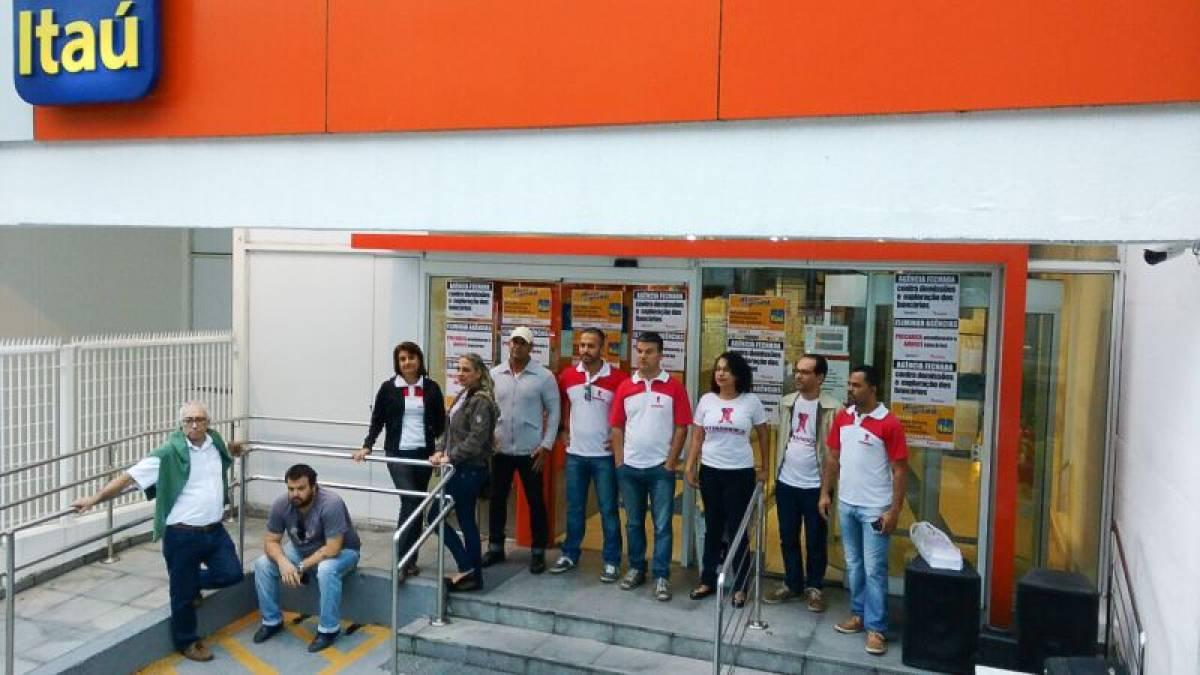 Sindicato paralisa agências do Itaú em Santos contra demissões