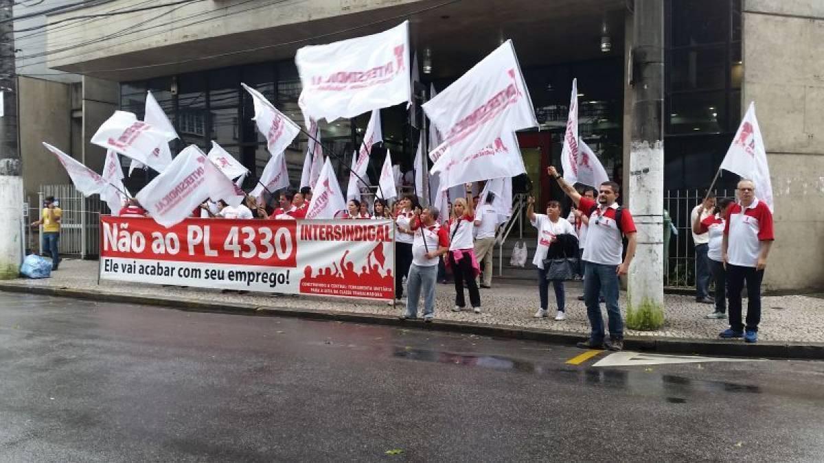 Bancários da baixada paralisam 21 agências e depois protestam em SP