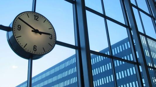 Bancária obtém anulação de horas extras contratadas após início do emprego