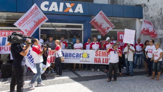 Bancários paralisam Caixa contra privatização