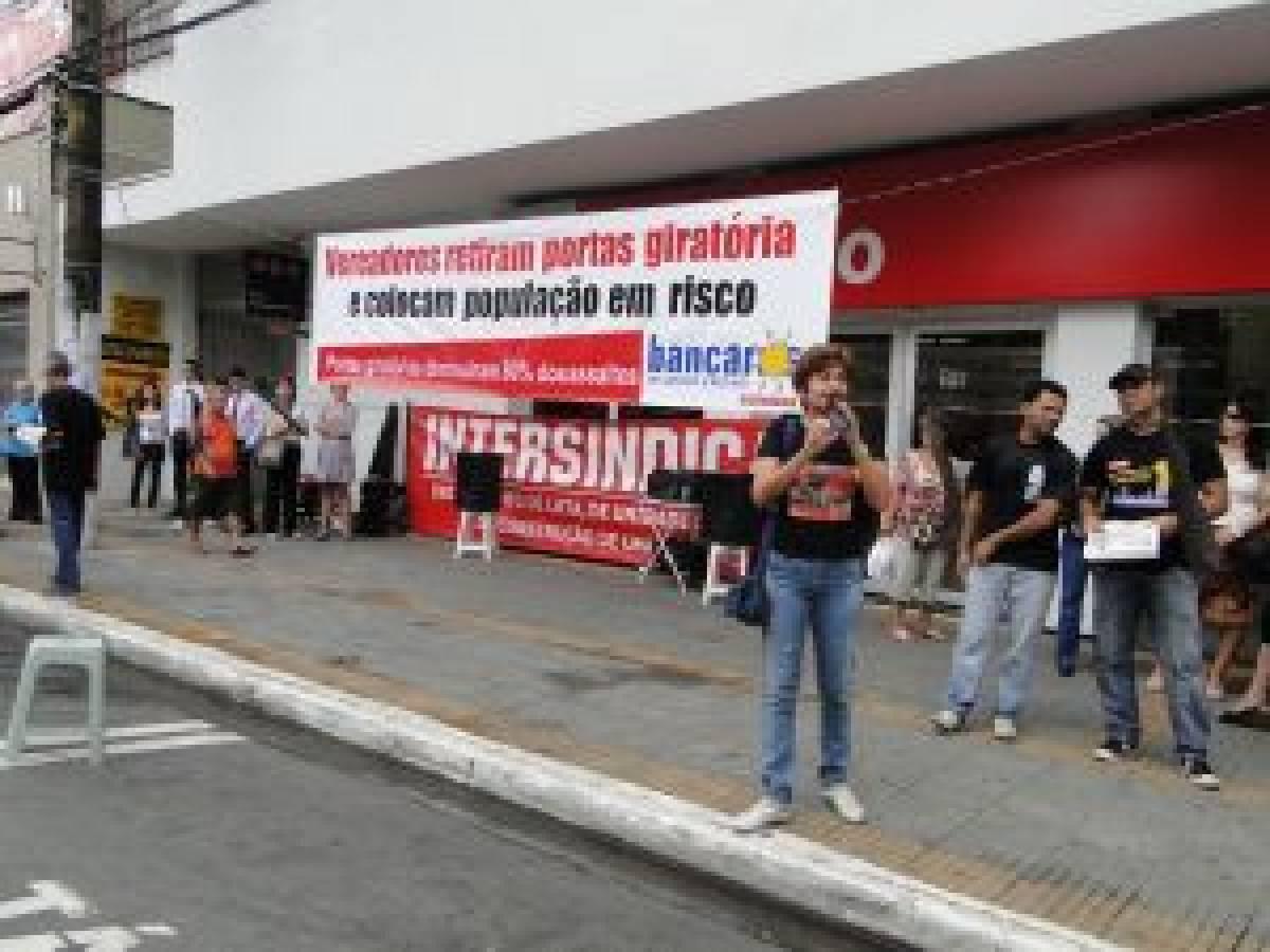 Bancários se mobilizam e garantem portas giratórias em São Vicente