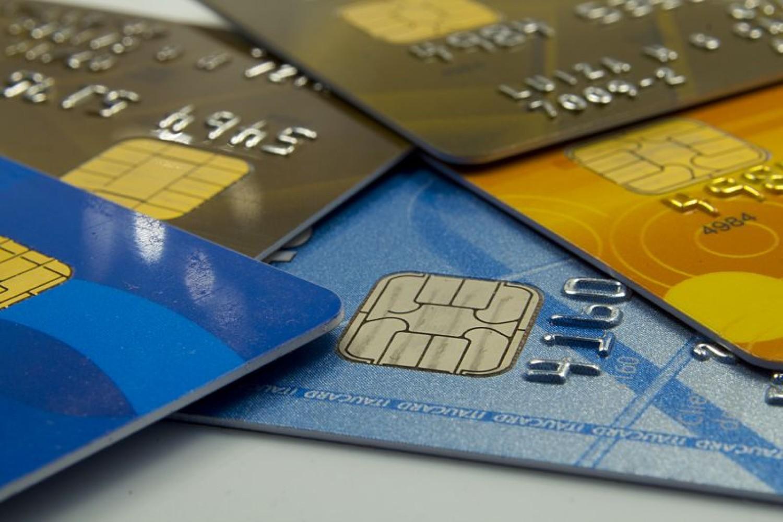 Travestis e transexuais podem ter nome social em cartão de crédito e débito