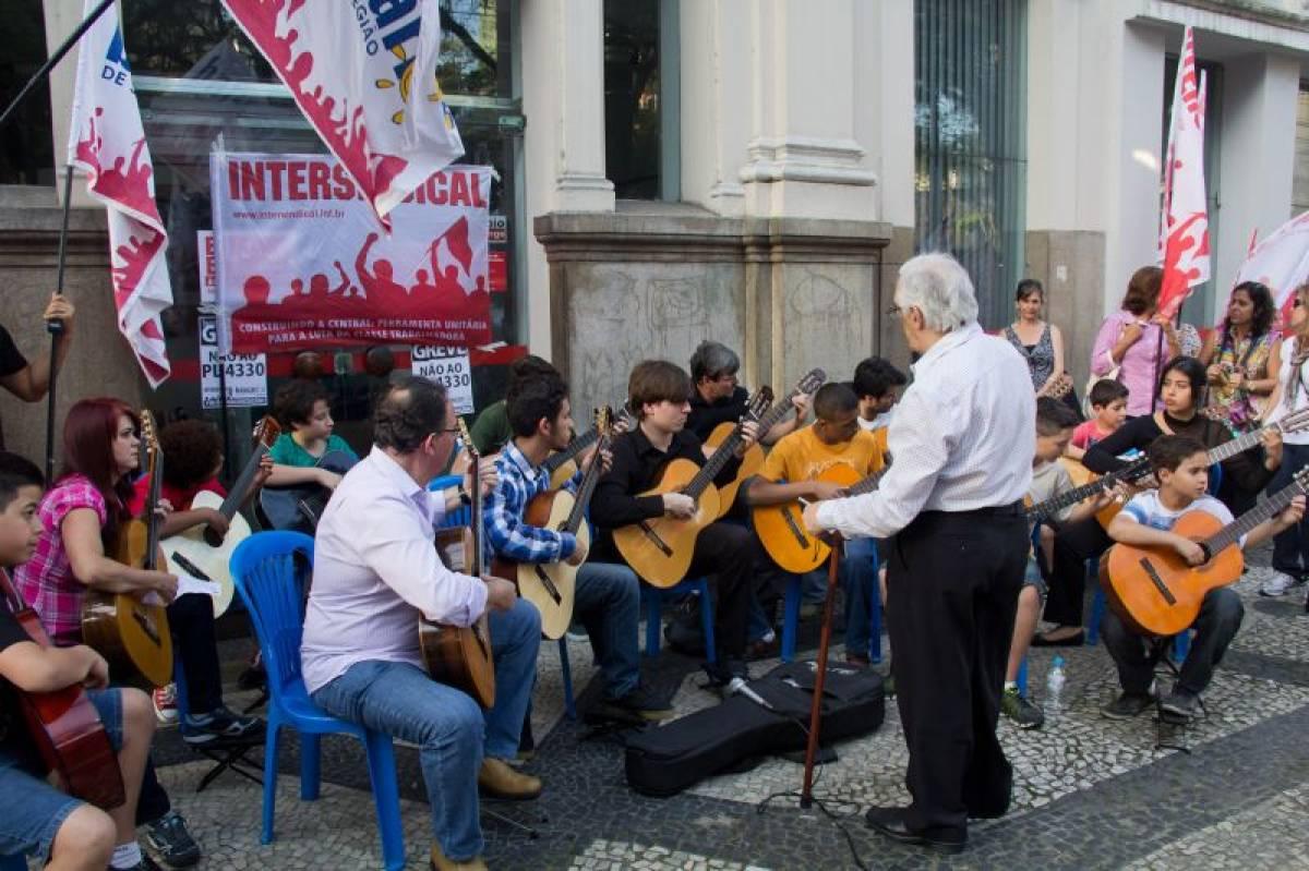 Orquestra de violões do Sindicato se apresentou durante a greve dos bancários