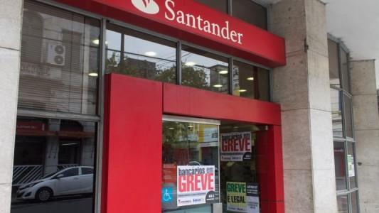 Agência do Santander em Santos é multada por desrespeito à lei