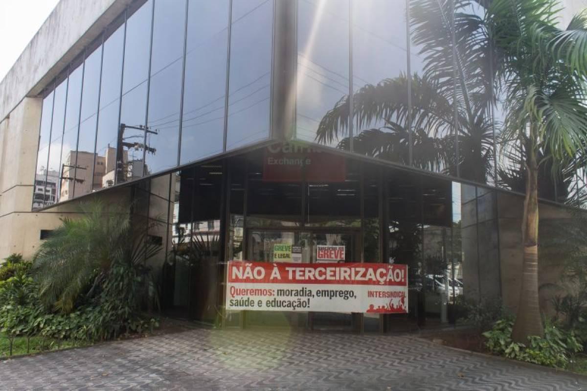 Safra tira direito de bancários estacionarem veículos no fundo da agência