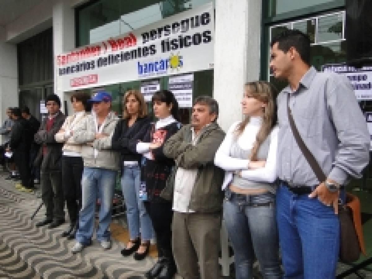 Bancários e deficientes físicos paralisam Real de São Vicente, nesta terça, 27