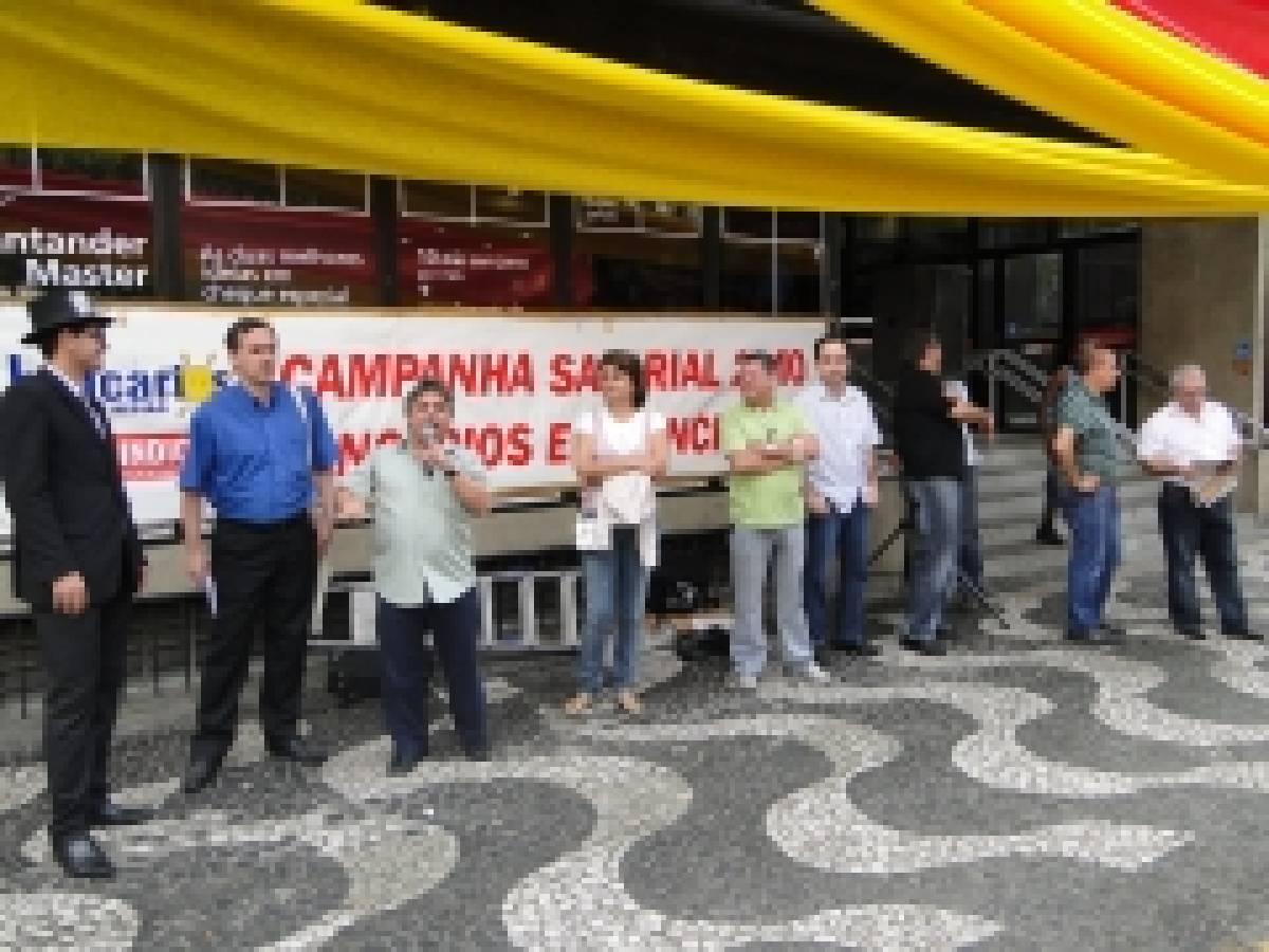 Bancários e diretoria do Sindicato de Santos e Região realizaram manifestações no Santander , Real e Bradesco